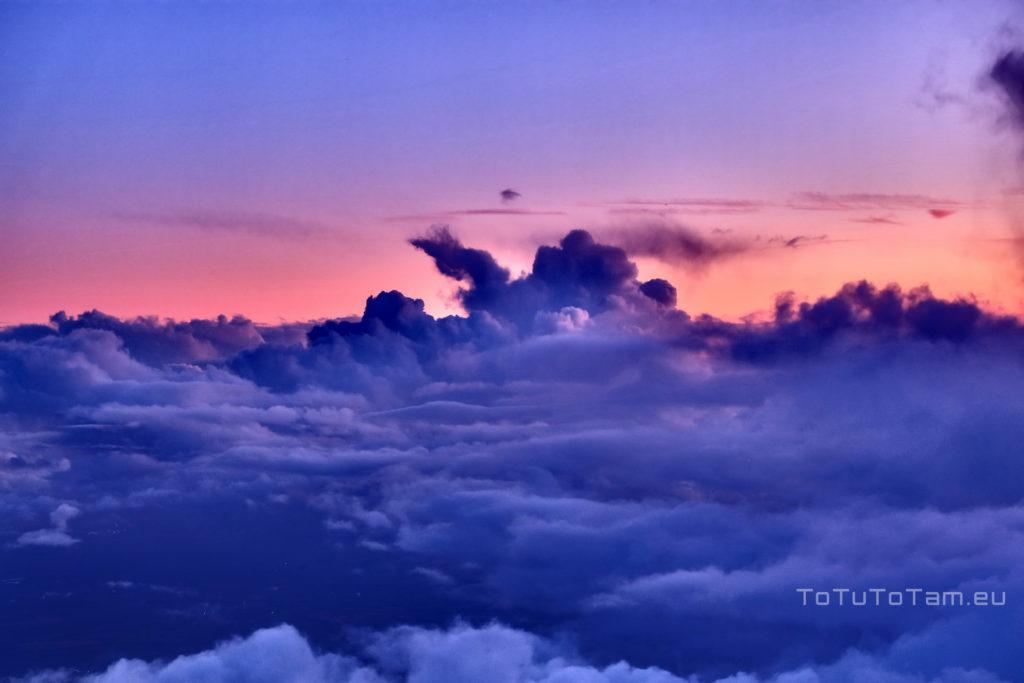 Niebiański zachód w chmurach